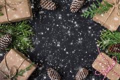 Festligt kort för jul eller för nytt år Sammansättning för vinterferie royaltyfri fotografi