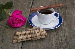 Festligt kort, kaffe och röd ros och anknyta av kakor Royaltyfria Foton