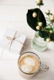 Festligt morgonkaffe och en gåva för en kvinna med en blomma Fotografering för Bildbyråer