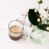 Festligt morgonkaffe och en gåva för en kvinna med en blomma Royaltyfri Foto