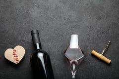 Festligt rött vin på ett datum valentin f?r dag s royaltyfria foton