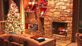 Festligt sagolikt skott för ögla för atmosfär för garnering för rum för helgdagsafton för nytt år för julgran av journalvedträbrä lager videofilmer