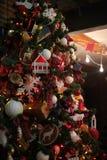 Festmåltid av jul Beautifully dekorerat hus med en julgranipodarkami under Arkivbild