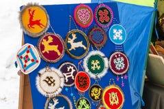 Festmåltid av renherders och fishermans Mässa av traditionella souvenir och berlock av folket av den avlägsna norr pälsen fotografering för bildbyråer