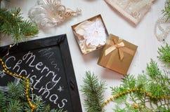 Festmåltidbakgrund för glad jul Guld- gåvaask på celebraen Arkivfoto