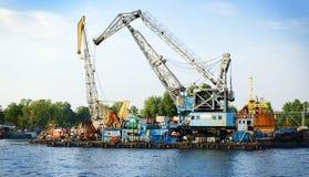 Festmachen am Abbau von alten Schiffen Stockbilder