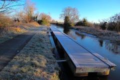 Festmachen der Plattform auf gefrorenem Kanal stockfoto
