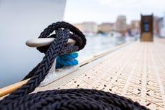 Festmachen an einem Pier Stockbild