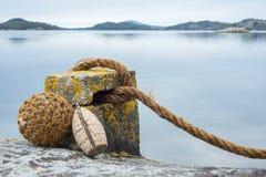 Festmachen mit Küstenlinie im Hintergrund Lizenzfreies Stockfoto