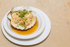 Feston frais cuit à la vapeur avec la coquille de bride dans le repas chinois Photos libres de droits