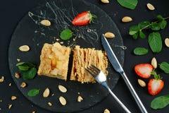Festons de la haute cuisine 3 servis du plat noir Plan rapproché Photo stock