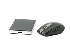 Festplatte und drahtlose Maus auf lokalisiertem Hintergrund Stockbilder