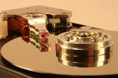 Festplatte unter rotem Laserlicht Stockbild