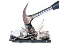 Festplattenlaufwerk, das mit Hammer zerstört wird Stockfotos