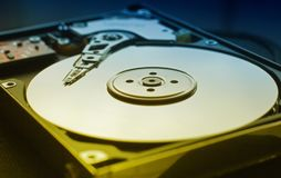 Festplattenlaufwerk des Computers mit Lesekopf stockfotografie
