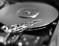 Festplattenlaufwerk des Computers mit Lesekopf stockfoto