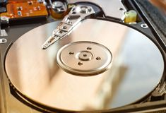Festplattenlaufwerk des Computers mit Lesekopf lizenzfreie stockbilder