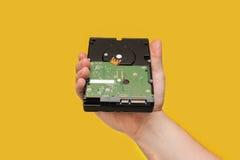 Festplattenlaufwerk HDD auf gelbem Hintergrund Stockbild
