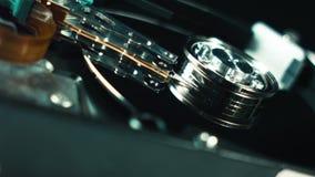 Festplattenlaufwerk-Nahaufnahme-Details HDD-Kopf, der an dem Drehen der magnetischen Oberfläche arbeitet Festplattenlaufwerk ist  stock footage