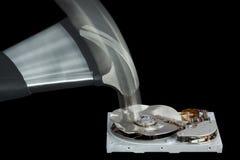 Festplattenlaufwerk zerstört mit einem Hammer Stockbilder