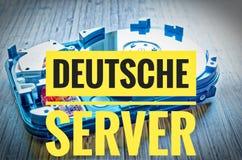 Festplattenlaufwerk 3 5 Zoll als Datenspeicherung mit Motherboard auf einer Bambustabelle und in Deutscher Deutsche-Server im eng Lizenzfreie Stockfotos