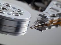 Festplattenlaufwerkmehrlagenplatte und -kopf auf linker Seite Stockfoto