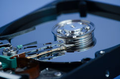 Festplattenlaufwerknahaufnahme auf einem blauen Hintergrund Lizenzfreie Stockfotografie