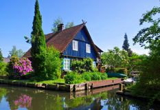 Festskoghus på vattnet Arkivfoton