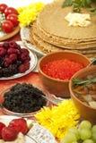 Festtabelle: Pfannkuchen mit verschiedenen Tellern Lizenzfreie Stockfotos