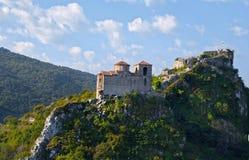 Festung auf einem hohen Felsen in Bulgarien stockbilder