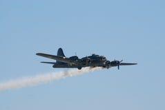 Festung des Flugwesen-B-17 mit Rauchspur stockbild