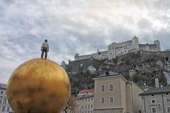 Festung Hohensalzburg看法在冬天 在Kapitelplatz的现代雕象 库存照片