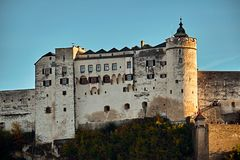 Festung Hohensalzburg fästning i Salzburg i Österrike - medeltida slott på klippan under den gamla staden berömd landmark royaltyfria bilder