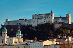 Festung Hohensalzburg fästning i Salzburg i Österrike - medeltida slott på klippan under den gamla staden berömd landmark fotografering för bildbyråer