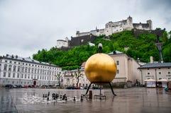 Festung mit alter Stadt in der Mitte von Salzburg, Österreich, von den Wänden der Festung lizenzfreies stockfoto
