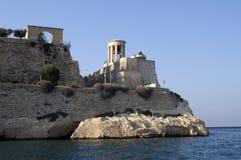 Festung mit einem Turm auf dem Strand stockfoto