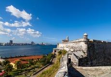 Festung mit Kanonen und Havana Skyline stockbilder