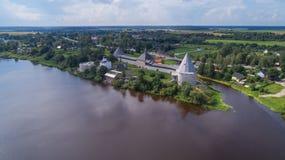 Festung Staraya Ladoga und der Volkhov-Fluss lizenzfreie stockfotos