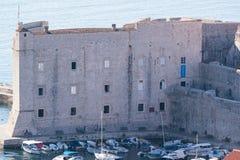 Festung von St. Iwan und der Jachthafen im alten Dubrovnik Stockfotos
