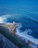 Festungswand und Wachkasten über blauem Meer in altem San Juan, Puerto Rico lizenzfreie stockfotos