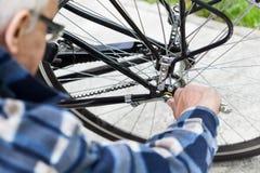 Festziehen der Bolzen auf einer Fahrradfelge stockbild