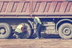 Festziehen von Ansatznüssen auf LKW-Reifen Lizenzfreies Stockfoto
