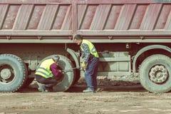 Festziehen von Ansatznüssen auf LKW-Reifen 3 Lizenzfreies Stockfoto