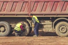 Festziehen von Ansatznüssen auf LKW-Reifen 4 Lizenzfreies Stockfoto