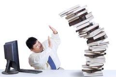 Fet affärsman som har många uppgifter 2 Arkivbilder