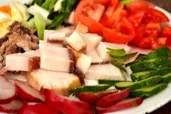 Fet bacon med ägget och läckra nya grönsaker Royaltyfri Foto