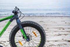 Fet cykel på stranden Royaltyfria Foton