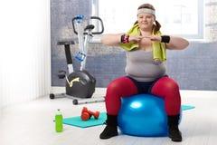 Fet kvinna som gör gymnastik Arkivbild