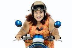 Fet kvinna som kör motorcykeln Arkivbilder