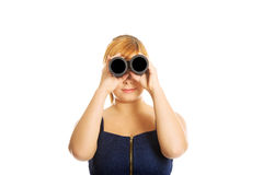 Fet kvinna som ser till och med kikare Arkivbild
